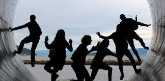 """Ludzie maja dość obostrzeń - ludzie tańczą w centrum miasta na na """"cichych dyskotekach"""""""