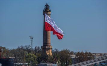 #Świnoujście - Dzień Flagi - Największa flaga na latarni w Świnoujściu #Polska #PolskaJestPiękna
